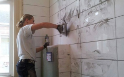 Tegels zetten en voegen badkamer